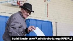 Голосування на на одній з виборчих дільниць у Києві (архівне фото)