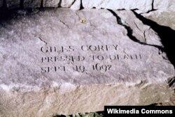 Камень в память о гибели Гайлса Кори, раздавленного во время процесса над ведьмами из Салема в 1692. Фото Tim1965