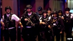 Полиция в Лондоне патрулирует Лондонский мост после атаки на Боро-маркет (архивное фото)