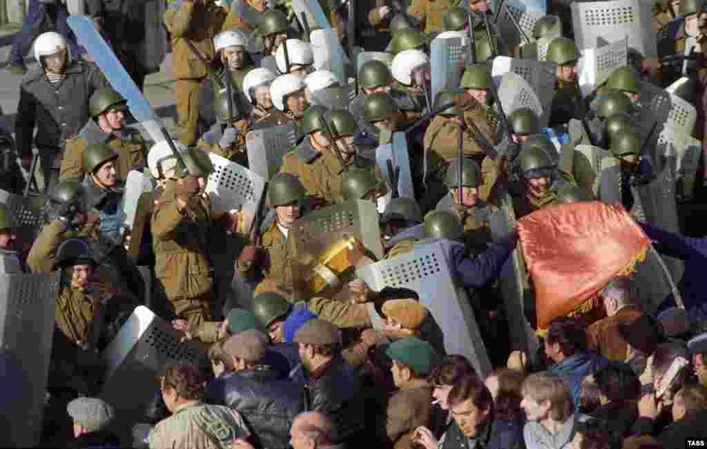 3 октября произошли столкновения между милицией и тысячами сторонников Верховного Совета.