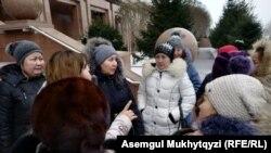 Жительницы жилого массива в пригороде Нур-Султана у здания министерства юстиции Казахстана. Нур-Султан, 3 декабря 2019 года.