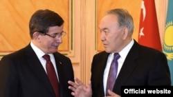 Президент Казахстана Нурсултан Назарбаев беседует в Астане с премьер-министром Турции Ахметом Давутоглу. 6 февраля 2016 года.