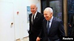 جو بایدن (سمت چپ) همراه با شیمون پرز، رییس جمهوری اسرائیل.