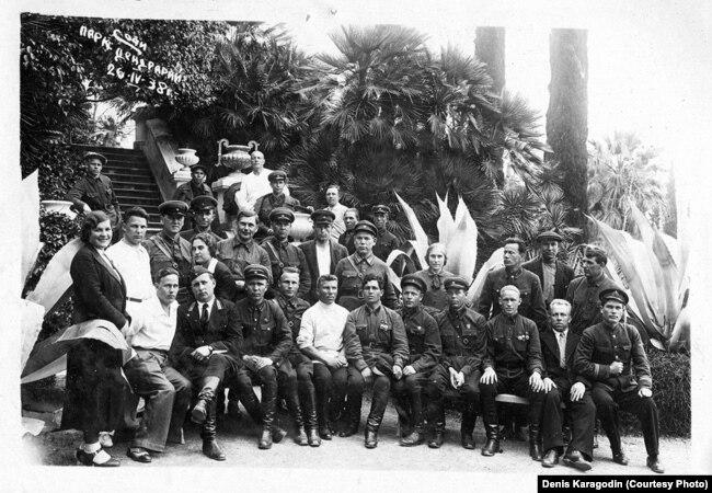 1938 год. Сотрудники Томского НКВД после массовых убийств отдыхают в Сочи. Вскоре многих из них арестуют и расстреляют. Снимок предоставлен Денисом Карагодиным