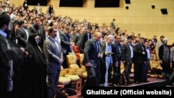 شهردار پیشین تهران، محمدباقر قالیباف، در یکی از همایشهای تقدیر از کارکنان شهرداری