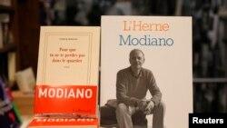 Libri i shkrimtari francez Patrick Modiano, fitues i çmimit Nobel 2014 për letërsi.