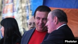 Հայաստան -- ԲՀԿ առաջնորդ Գագիկ Ծառուկյանը և ՀԱԿ առաջնորդ Լևոն Տեր-Պետրոսյանը զրուցում են եռյակի հանրահավաքի ժամանակ, Երևան, 10-ը հոկտեմբերի, 2014թ․