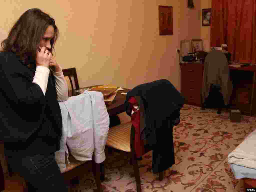 Жонка Някляева Вольга ў кватэры пасьля ператрусу пасьля таго як міліцыянты вывелі яе мужа.