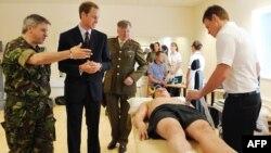 Принц Уильям во время посещения реабилитационного центра Help for Heroes