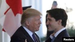 Президент США Дональд Трамп приветствует премьер-министра Канады Джастина Трюдо, прибывшего в Вашингтон, 13 февраля 2017 года.
