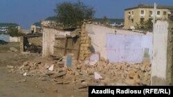 Bazar ətrafında sökülmüş mağazalar