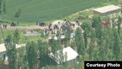 Мешканці села Гушіяр узбекистанського анклаву Сох у Киргизстані збираються на кордоні двох держав, архівне фото 28 травня 2010 року – тоді в цій місцевості вже спалахувала напруженість