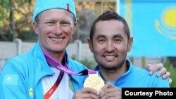 Александр Винокуров және Аслан Базаев (оң жақта) Лондон олимпиадасында. Лондон, 29 шілде 2012 жыл. Сурет ҚР спорт және дене шынықтыру істері агенттігінің баспасөз қызметінен алынды.