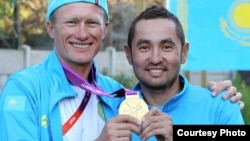 ოლიმპიური ჩემპიონი ალექსანდრ ვინოკუროვი (მარცხნივ) და მისი თანაგუნდელი ასან ბაზაევი.