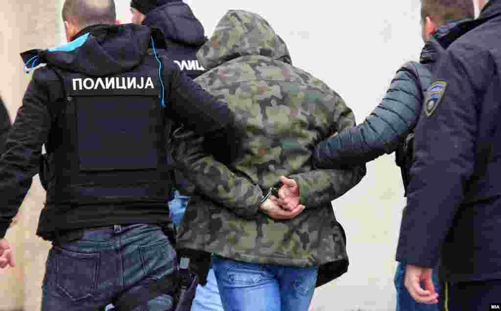 МАКЕДОНИЈА - Основно јавно обвинителство покрена истрага против 36 луѓе поради основано сомнение за Терористичко загрозување на уставниот поредок и безбедноста за време на насилството во Собранието на 27 април. На распит пред истражен судија беа доведени екс-директорот на БЈБ Митко чавков, пратеници од ВМРО-ДПМНЕ и неколку организатори на протестите За заедничка Македонија. Обвинителството побара притвор за сите осомничени, како и одземање на имунитетот на осомничените пратеници.