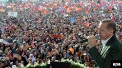 Премьер-министр Эрдоган выступает на митинге своих сторонников в Стамбуле. 23 марта 2014 года.