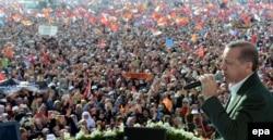 Сайлау науқаны кезінде сайлаушылармен кездесуде сөйлеп тұрған Режеп Тайып Ердоған. Стамбул, 23 наурыз 2014 жыл.