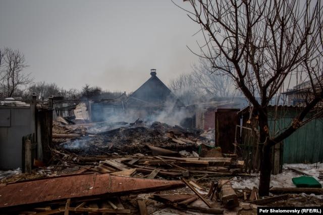 Разрушенный при обстреле дом в Дебальцеве