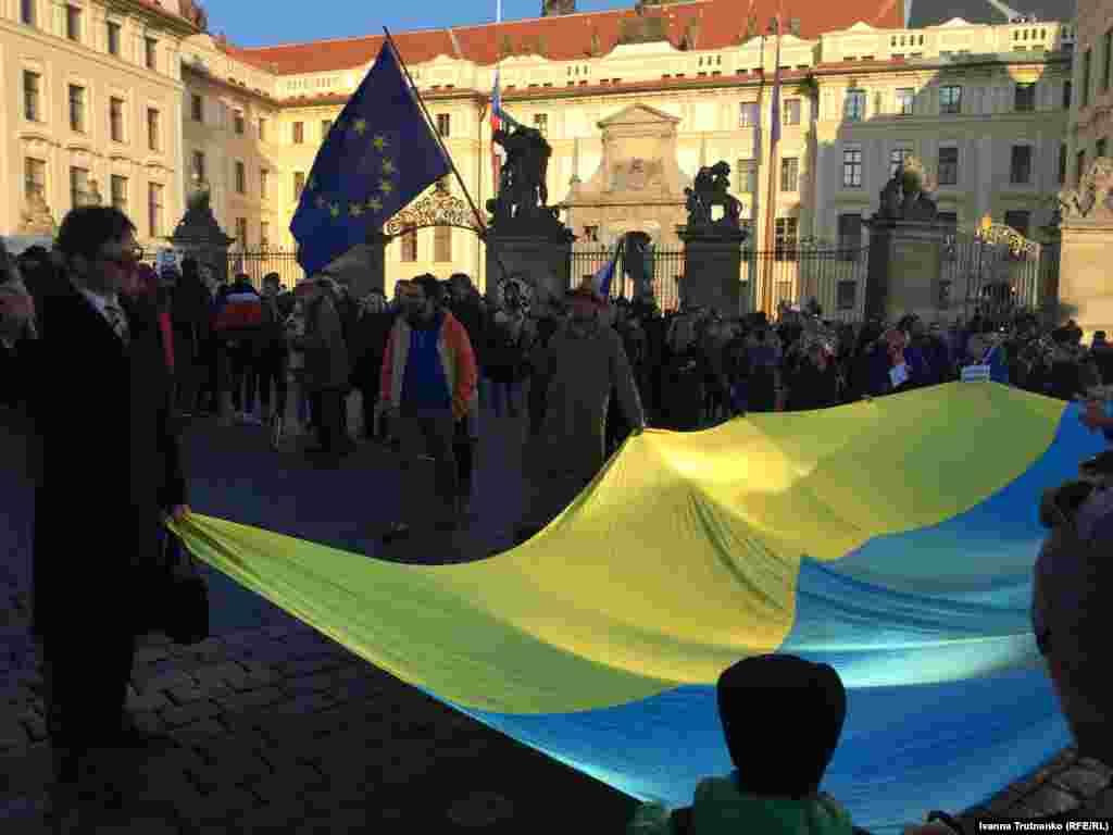 Чеські громадяни біля резиденції президента у Празькому граді у Празі