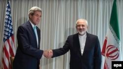 محمد جواد ظریف، وزیر خارجه ایران (راست) و جان کری، وزیر خارجه آمریکا در ژنو. ۱۴ ژانویه ۲۰۱۵