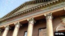 Фасад былога палаца культуры спалучаць з сучасным 17-павярховікам.
