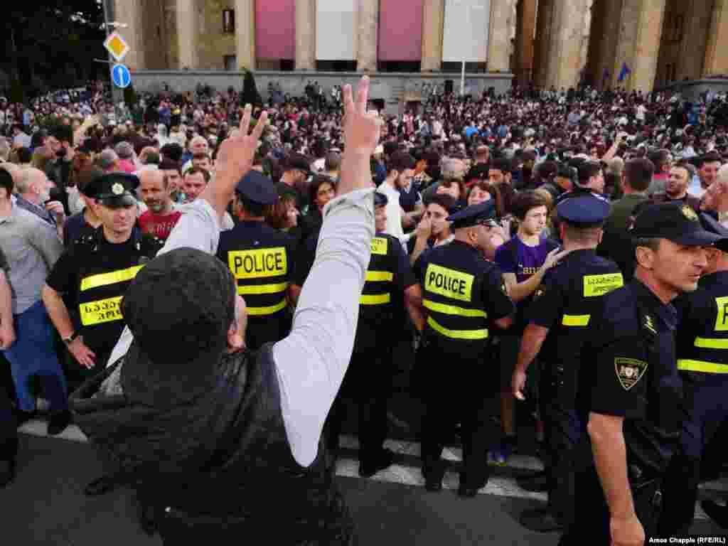 Грузия премьер-министрі Георгий Квирикашвили Тбилисидегі наразылық акциясына шыққандардың отставкаға кету талабын орындаудан бас тартты. 31 мамыр 2018 жыл.