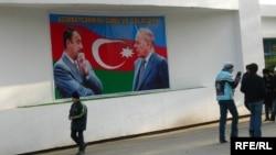 Bakıda Əliyevlərin posteri. 2007