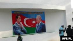 Bakıda İlham Əliyev və Heydər Əliyevin şəkli