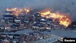 تصاویری از مناطق سونامی زده و گرفتار آتش سوزی در شمال شرقی ژاپن