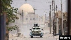 Военный транспорт «Демократических сил Сирии» (SDF) в западной части сирийской провинции Ракка.