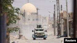 """Ракка провинциясының батыс бөлігінде жүрген """"Сирия демократиялық күштері"""" коалициясының әскери көлігі. Сирия, 18 маусым 2017 жыл"""