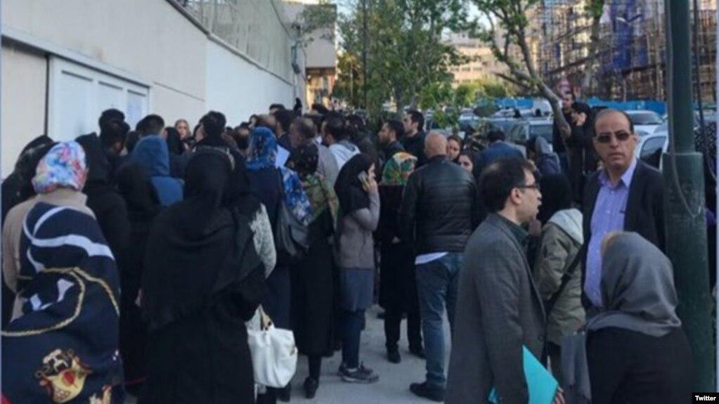 عکسی از تجمع احضارشدگان با پیامک «کشف حجاب در خودرو» در خیابان وزرای تهران، اردیبهشت ۱۳۹۸