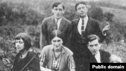Marina Swetaýewa (çepde), onuň adamsy S.Ýefron (ýokardan çepde) we onuň ýakyn dosty K.Rodzewiç (ýokardan sagda) Pragada immigrasiýada, Praga, 1923.