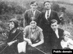 Марина Цветаева, С. Ефрон и К. Родзевич - окрестности Праги, 1923 г.