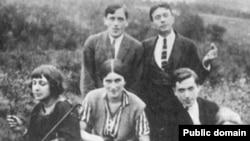 Марина Цветаева (слева), С. Эфрон и К. Родзевич - окрестности Праги, 1923 г.