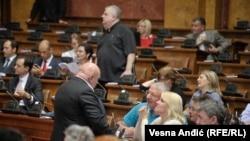 Nenad Čanak i Vojislav Šešelj u parlamentu Srbije