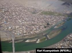 Өлгий қаласының ұшақтан түсірілгендегі көрінісі. Моңғолия, 23 маусым 2008 жыл.
