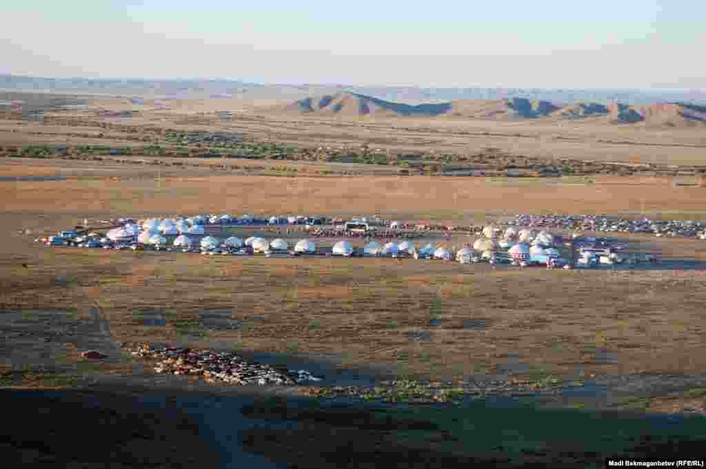 К юбилею Жидебай-батыра в окрестностях поселка Актогай установили 70 юрт.