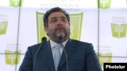 Бизнесмен Рубен Вартанян выступает на церемонии старта строительства международной школы в Дилижане, апрель 2010 г.