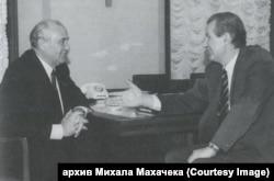 Михаил Горбачев и Зденек Млынарж во время встречи в Москве. 13 декабря 1989 года
