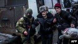 Украин сарбаздары Дебальцево тұрғындарын эвакуациялап жатыр. 3 ақпан 2015 жыл.