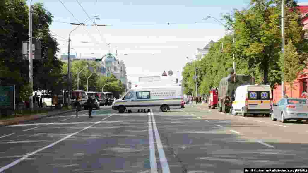 Место марша было заранее оцеплено полицией, чтобы не допустить стычек и столкновений.