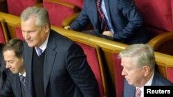 Александер Квасневський (2-й л) і Пат Кокс (п) у Верховній Раді в Києві, 8 листопада 2013 року