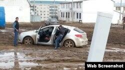 Застрявшая в грязи машина в селе Жанаконыс. Актюбинская область, осень 2017 года.