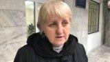 Лариса Харькова возле здания Энбекшинского районного суда Шымкента, 12 ноября 2018 года.