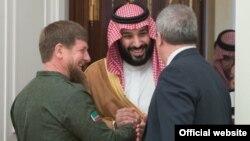 Мухаммед бин Салман (в центре) во время визита в Россиию