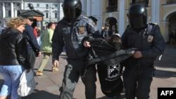 """Санкт-Петербург, 31 мая 2012 года. Задержание одного из участников акции """"Стратегия-31"""""""