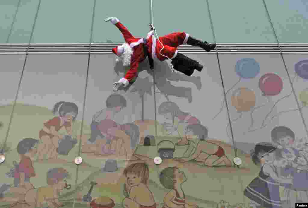 Словения. Санта-Клаус приветствует посетителей на входе в педиатрическую клинику в Любляне.