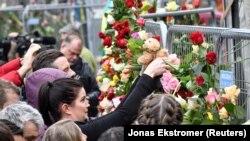 Стокгольмде тұрғындар теракт болған орынға гүл қойып жатыр. Швеция, 8 сәуір 2017 жыл.