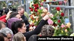 На месте теракта - тысячи цветов от жителей Стокгольма